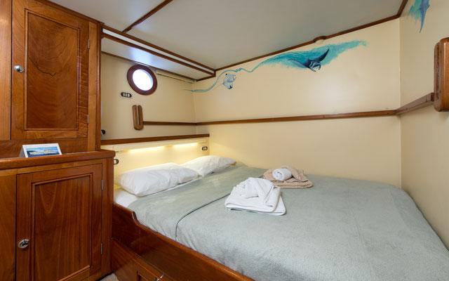 Cabinas con camas de matrimonio del barco 'Seahunter' en la Isla del Coco, ©Underseahunter Group