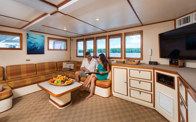 Loungebereich des Schiffes Seahunter auf der Kokosinseln, ©Underseahunter Group