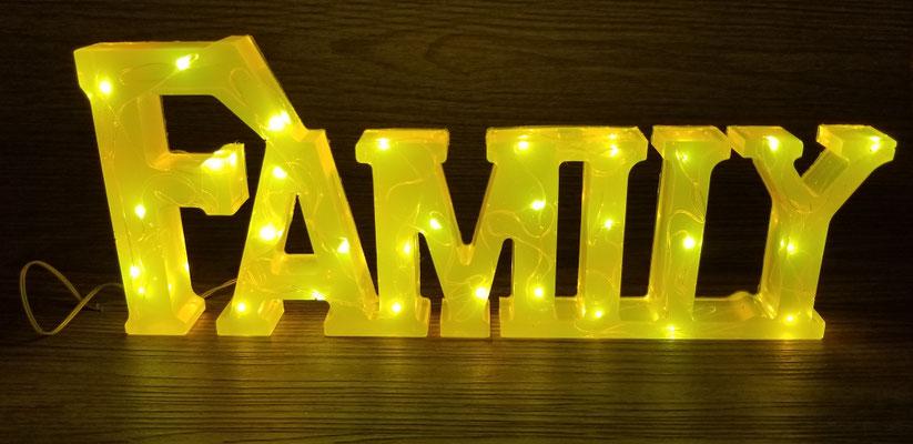 Family en résine illuminé jaune 30$