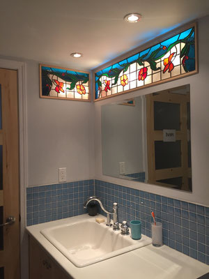 2 vitraux a la baguette de plomb pour placer dans un espace entre les murs d'une salle de bain pour créer un peu plus de lumière et de cachet dans la pièce