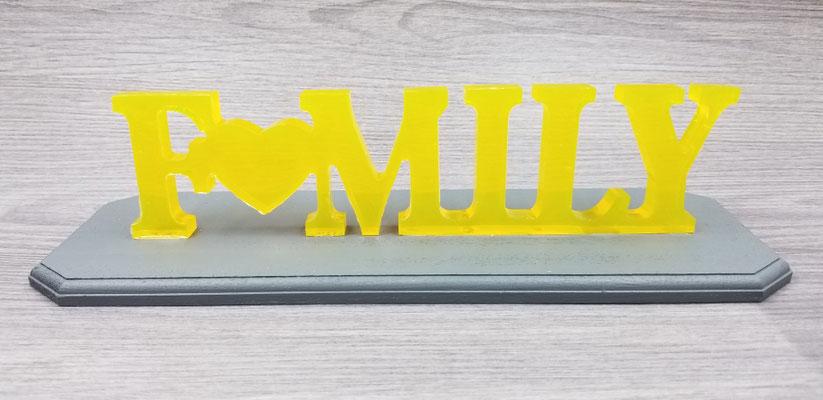 Family jaune sur plaque de bois grise 30$