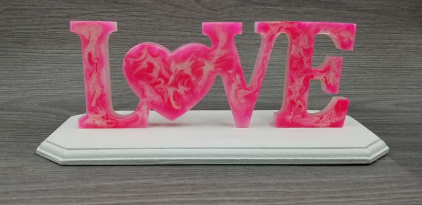 Love en résine rose marbré blanc sur plaque de bois blanche 30$