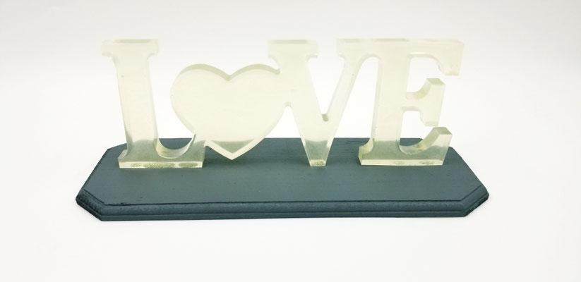 Love en résine transparent argenté sur plaque de bois grise 30$