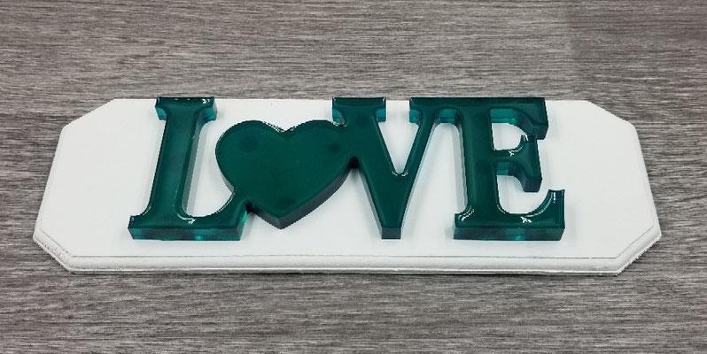 Love en résine turquoise sur plaque de bois blanche 25$