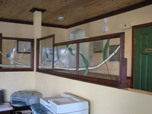 Vitraux pour séparer l'espace entre le couloir et le bureau de réception pour créer un peu plus d'intimité