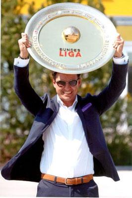 Mag. Heralic mit dem Bundesliga-Meisterteller 2013