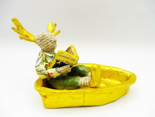 A deer Sir reading in a boat, 9 cm H, 12 cm L, 8,5 cm D, Papermaché, Heike Roesner/2020