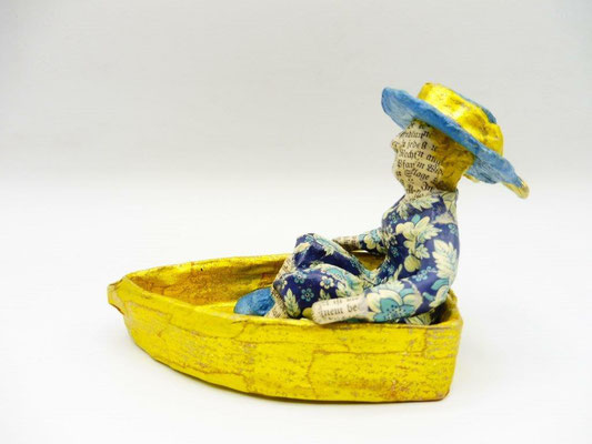 Blue Lady in a boat, 8,5 cm H, 12,5 cm L, 7,5 cm D, Papermaché, Heike Roesner/2020