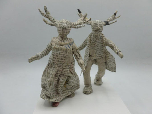 Wonderful couple, papermaché, 15,5 cm H (Heike Roesner/2021)