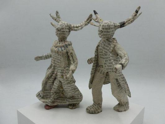Wunderbares Hirschpaar, Papiermaché, Dame 15,5 cm H, Herr 15 cm H (Heike Roesner/2021)