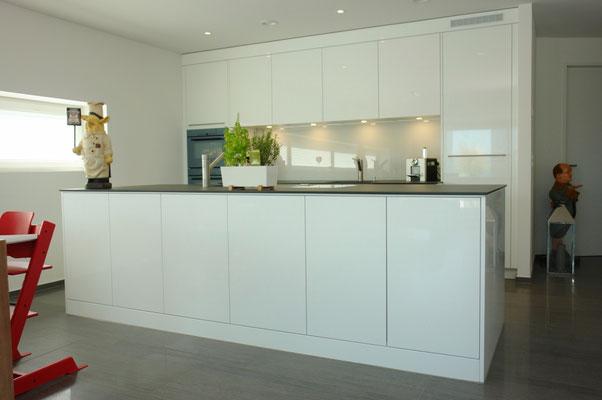 Detail-Ansicht der edlen Küche mit frei stehendem Insel-Korpus