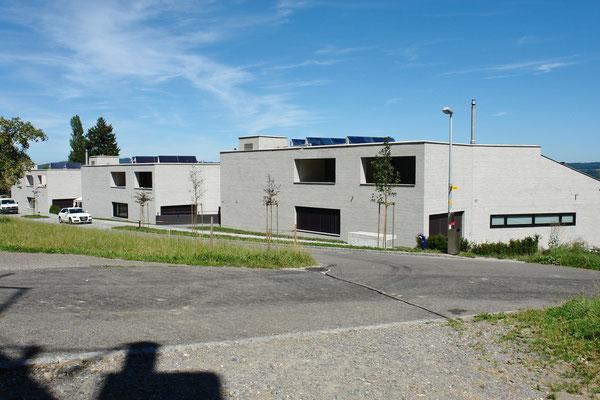 Ansicht an die drei unabhängigen Terrassenhaus-Zeilen von der Oberdorfstrasse