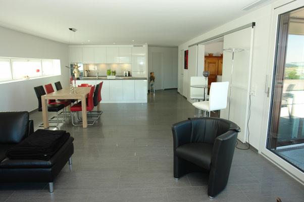 Blick vom Wohnbereich hin zu Essbereich und Küche