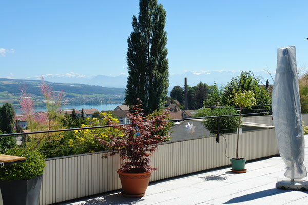 Die Traum-Terrasse, welche nebst herrlichem Seeblick auch fantastischen Ausblick in die Alpen bietet