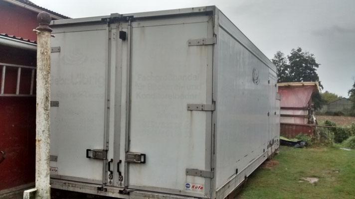 Der Kühlcontainer für unser Wintergemüse steht nun auch schon am Platz.