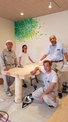 小高社長、大工さん、画家の奥山知佳さんで記念写真