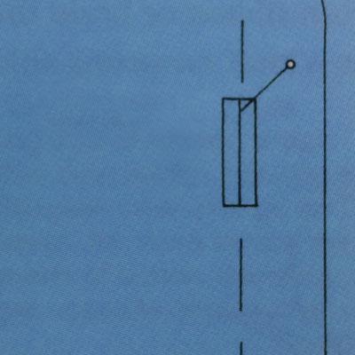Vertikales Knopfloch liegt direkt auf der vorderen Mitte