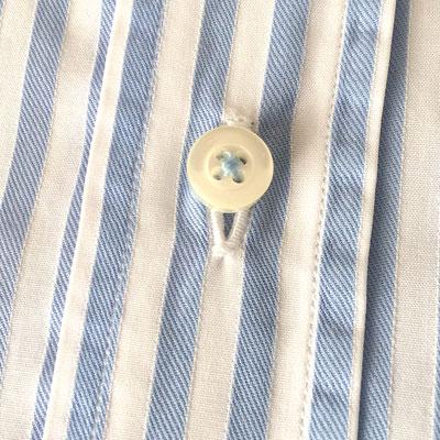Vertikales Knopfloch an Herrenhemd