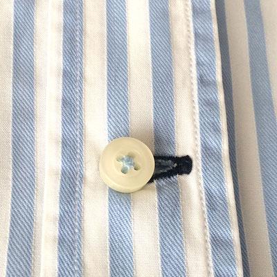 Horizontales Knopfloch zuunterst an Herrenhemd