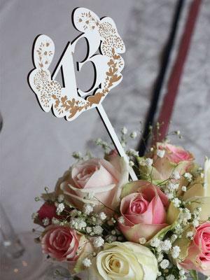 Chiffre en bois blanc couronne de fleurs