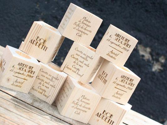 Menu cube en bois avec bougie sur le dessus