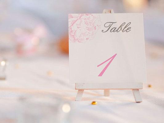 Nom de table couronne de fleurs sur chevalet