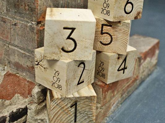 Nom de table en bois; chiffre en gravure sur cube de palette