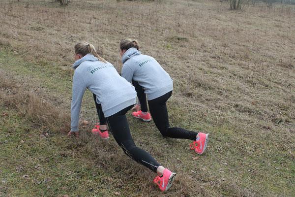 """Kleine Sprints zwischendurch """"schocken"""" deinen Körper (im positiven Sinne) - ganz nach unserer liebsten Trainingsart HIGH INTENSITY.  Lange Läufe bei moderatem Tempo können sich ganz schön hinziehen, gar langweilig sein."""