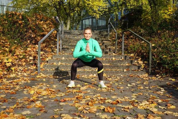 Squats / Kniebeugen. Knie nach außen drücken, Schwerpunkt auf die Ferse verlagern. Gesprungene Squats erfordern etwas übung, aber nur zu :)