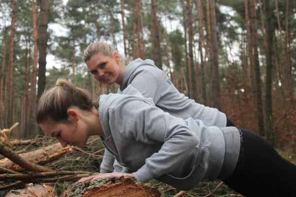 Ein gefällter Baum wird zu unserem Trainingsgerät - erhöhte Liegestütze eignen sich hervorragend für Anfänger.  Wenn du also das nächste Mal beim Laufen einen solchen Baumstamm/eine Bank (o. ä.) siehst, stürze dich drauf und versuche es!