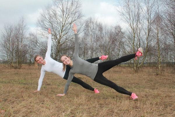 Eine Variation der Standard-Plank - Side Plank - und für die Ambitionierten unter euch: Bein hoch!
