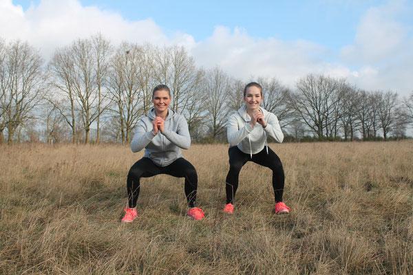 Kniebeugen zwischendurch machen Spaß, sind echt anstrengend und den Knackpo gibts dazu!  Auch diese Übung lässt sich gesprungen absolvieren.