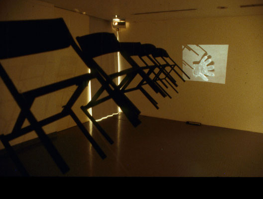 """Chaises suspendues"", Royal College 1999 (Chaises, fil de fer  & projections diapositives)"