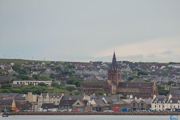 Sicht auf Kirkwall mit Sicht auf die St.-Magnus-Kathedrale