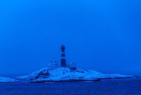 Der Leuchtturm von Landegode ist kaum im Regen zu sehen.
