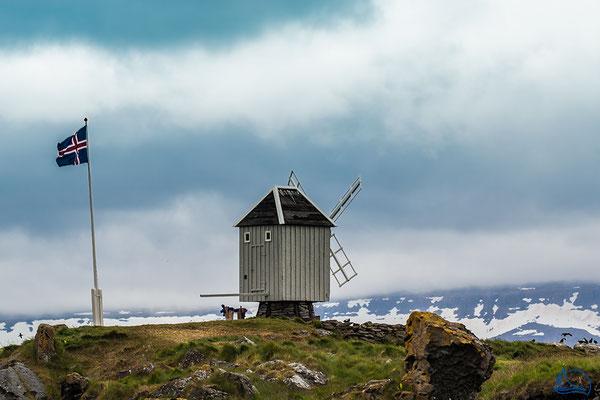 Schon von weitem erkennt man die kleine Windmühle.