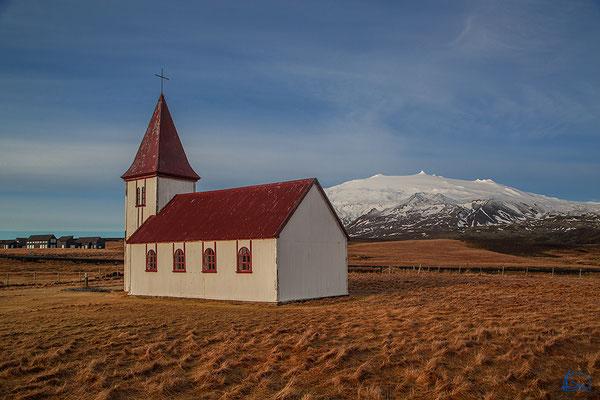 Kleine Kirche in Hellnar mit Blick auf den Snæfellsjökull.