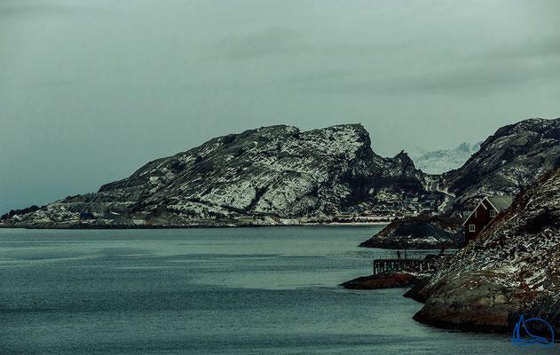 Die Küstenlandschaft bei Bodø im aufziehendem Schneeregen.