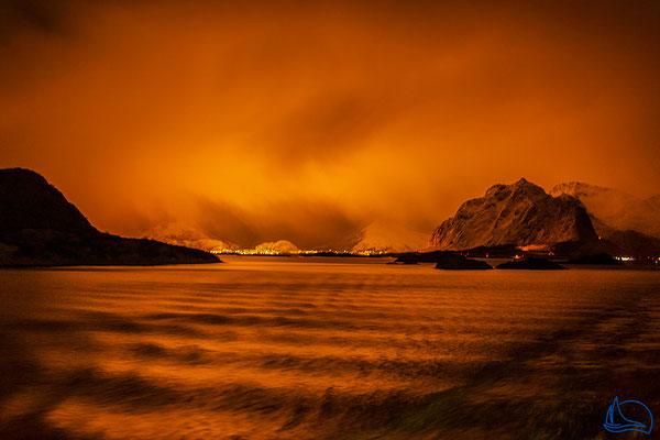 Das Licht von Svolvær færbt den Himmel im Dunst golden.