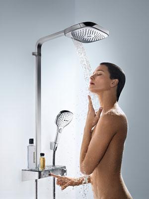 Showerpipe und Duschpaneel, Raindance Select, Aufputz-Installation, Foto © hansgrohe