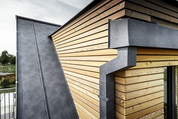 Detail Kastenrinne Prefalz steingrau, Satteldach, Neubau Einfamilienhaus, Foto © PREFA / Croce & Wir