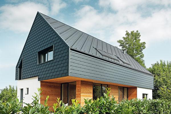Dach- und Wandschindel anthrazit, Satteldach, Sanierung Einfamilienhaus, Foto © PREFA / Croce & Wir
