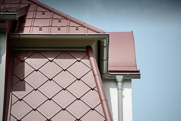 Detail Dach- und Wandraute 29 x 29 oxydrot, Mansarddach, Sanierung Geschäftshaus, Foto © PREFA / Croce & Wir