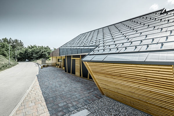 Dach- und Wandpaneel FX.12 anthrazit/rostbraun mit Schneestopper und Attikaabdeckung, Neubau Einfamilienhaus, Foto © PREFA / Croce & Wir