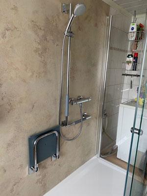 Klappbarer Duschsitz und stabile Duscharmatur mit Haltegriffen