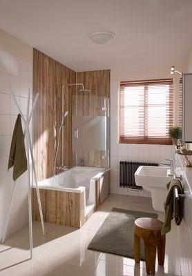 Badewannenaufsatz Softcube Pendel 2-teilig, Duschwanne Dobla, Wandverkleidungssystem Renodeco, Foto © HSK