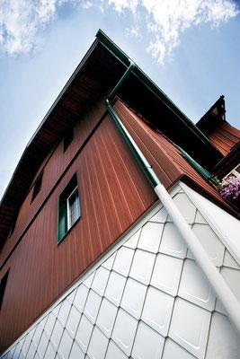 Detail Fassadensystem Sidings Holz dunkel und Wandraute weiß, Sanierung Bauernhof, Foto © PREFA / Andi Bruckner
