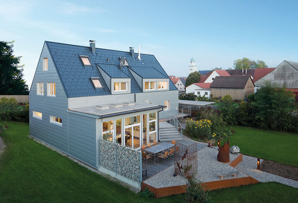 Dachplatte anthrazit und Fassade Sidings silbermetallic, Satteldach mit Schleppgaube, Sanierung Einfamilienhaus, Foto © PREFA / Werner Huthmacher