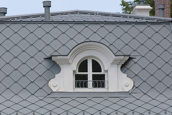 Detail Dachraute 29 x 29 hellgrau, Zeltdach, Sanierung Einfamilienhaus,  Foto © PREFA / Marion Lafogler