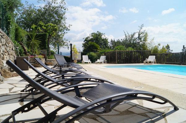 Bains de soleil et piscine - Domaine de l'Amourié